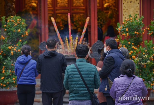Hà Nội sáng mùng 1 Tết: Đường đông hơn mọi năm nhưng vẫn thênh thang yên bình đến lạ, người dân thong thả đạp xe, đi lễ đền Ngọc Sơn - Ảnh 15.