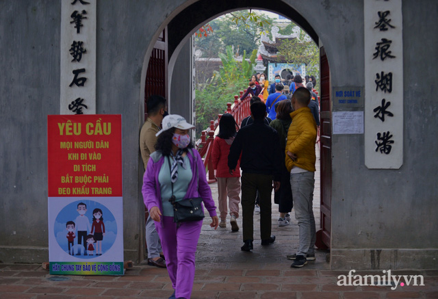 Hà Nội sáng mùng 1 Tết: Đường đông hơn mọi năm nhưng vẫn thênh thang yên bình đến lạ, người dân thong thả đạp xe, đi lễ đền Ngọc Sơn - Ảnh 16.