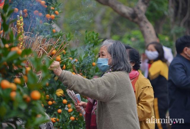 Hà Nội sáng mùng 1 Tết: Đường đông hơn mọi năm nhưng vẫn thênh thang yên bình đến lạ, người dân thong thả đạp xe, đi lễ đền Ngọc Sơn - Ảnh 17.