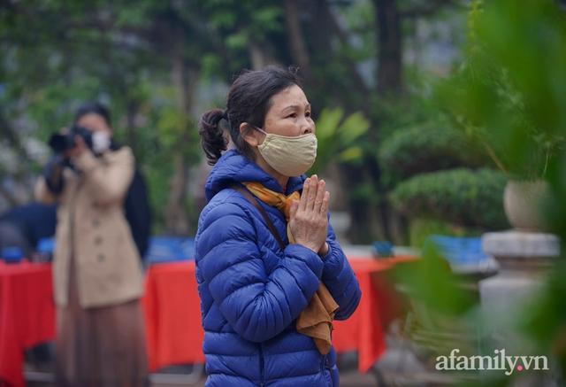 Hà Nội sáng mùng 1 Tết: Đường đông hơn mọi năm nhưng vẫn thênh thang yên bình đến lạ, người dân thong thả đạp xe, đi lễ đền Ngọc Sơn - Ảnh 18.