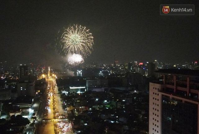 Mãn nhãn pháo hoa rực sáng trên bầu trời Hà Nội, đánh dấu thời khắc chuyển giao năm mới Tân Sửu 2021 - Ảnh 3.