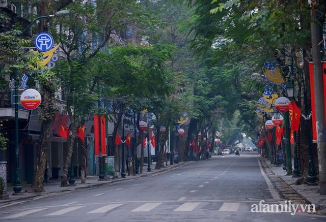 Hà Nội sáng mùng 1 Tết: Đường đông hơn mọi năm nhưng vẫn thênh thang yên bình đến lạ, người dân thong thả đạp xe, đi lễ đền Ngọc Sơn - Ảnh 3.