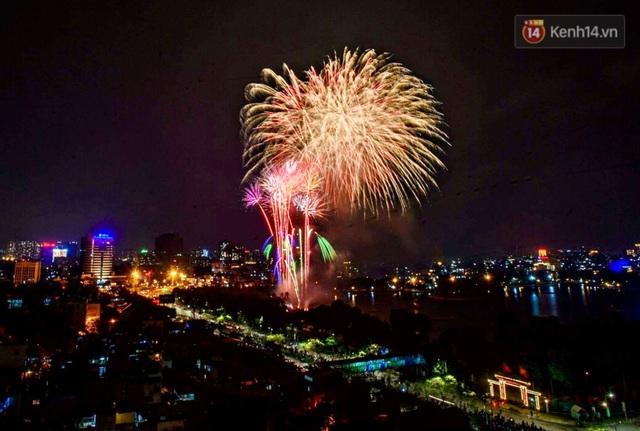 Mãn nhãn pháo hoa rực sáng trên bầu trời Hà Nội, đánh dấu thời khắc chuyển giao năm mới Tân Sửu 2021 - Ảnh 4.