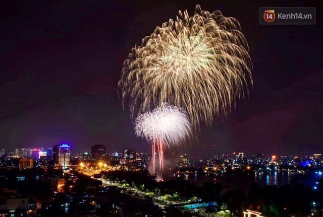 Mãn nhãn pháo hoa rực sáng trên bầu trời Hà Nội, đánh dấu thời khắc chuyển giao năm mới Tân Sửu 2021 - Ảnh 5.