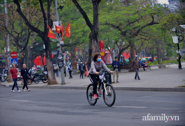Hà Nội sáng mùng 1 Tết: Đường đông hơn mọi năm nhưng vẫn thênh thang yên bình đến lạ, người dân thong thả đạp xe, đi lễ đền Ngọc Sơn - Ảnh 5.