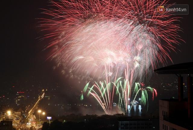 Mãn nhãn pháo hoa rực sáng trên bầu trời Hà Nội, đánh dấu thời khắc chuyển giao năm mới Tân Sửu 2021 - Ảnh 6.