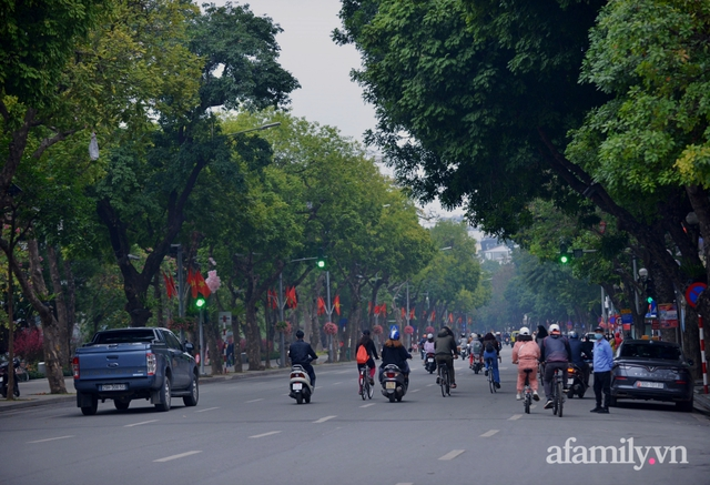 Hà Nội sáng mùng 1 Tết: Đường đông hơn mọi năm nhưng vẫn thênh thang yên bình đến lạ, người dân thong thả đạp xe, đi lễ đền Ngọc Sơn - Ảnh 6.
