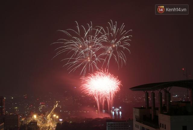 Mãn nhãn pháo hoa rực sáng trên bầu trời Hà Nội, đánh dấu thời khắc chuyển giao năm mới Tân Sửu 2021 - Ảnh 7.