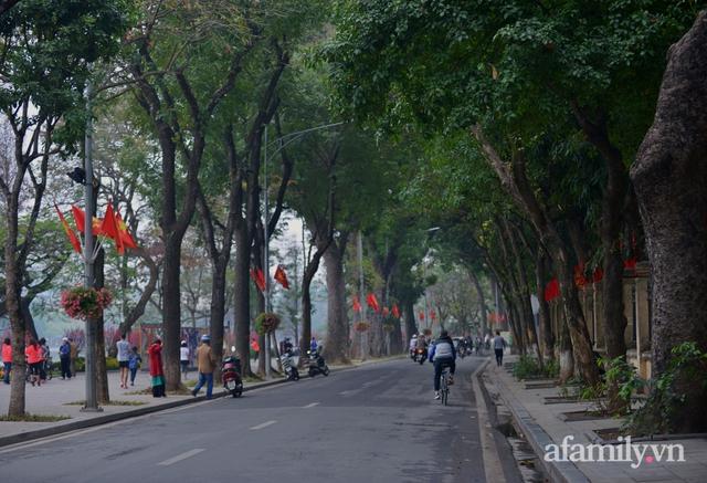 Hà Nội sáng mùng 1 Tết: Đường đông hơn mọi năm nhưng vẫn thênh thang yên bình đến lạ, người dân thong thả đạp xe, đi lễ đền Ngọc Sơn - Ảnh 7.