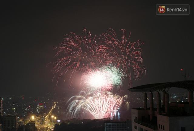 Mãn nhãn pháo hoa rực sáng trên bầu trời Hà Nội, đánh dấu thời khắc chuyển giao năm mới Tân Sửu 2021 - Ảnh 8.