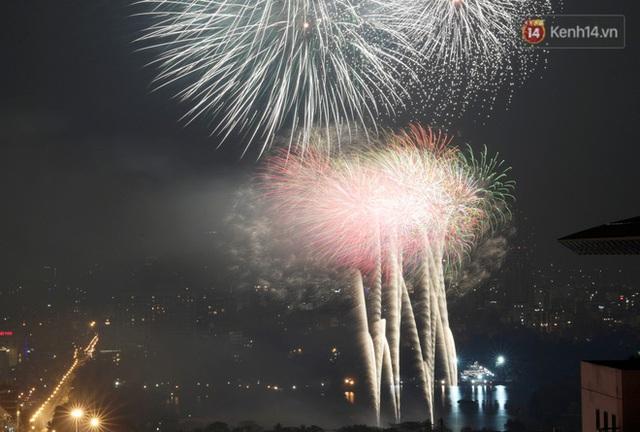 Mãn nhãn pháo hoa rực sáng trên bầu trời Hà Nội, đánh dấu thời khắc chuyển giao năm mới Tân Sửu 2021 - Ảnh 10.