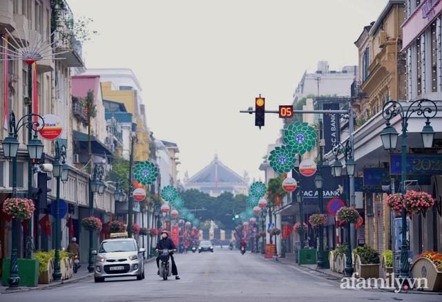 Hà Nội sáng mùng 1 Tết: Đường đông hơn mọi năm nhưng vẫn thênh thang yên bình đến lạ, người dân thong thả đạp xe, đi lễ đền Ngọc Sơn - Ảnh 10.