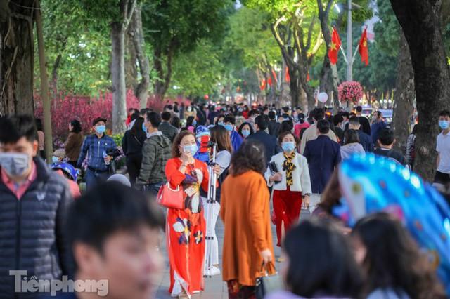 Hồ Gươm đông đúc ngày Tết, nhiều người thờ ơ với khẩu trang - Ảnh 1.