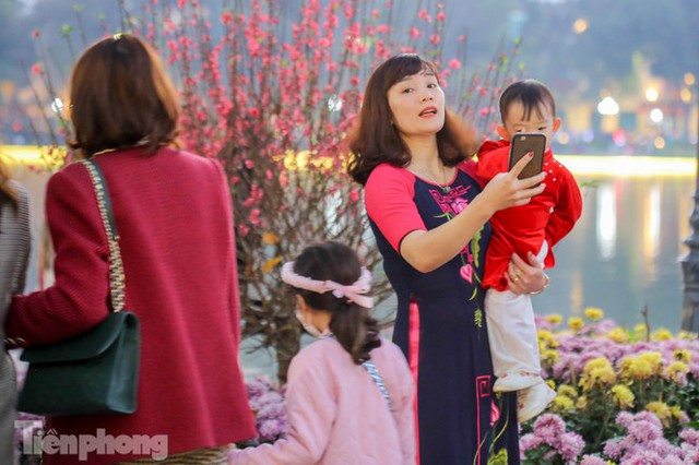 Hồ Gươm đông đúc ngày Tết, nhiều người thờ ơ với khẩu trang - Ảnh 2.