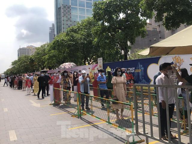 Sài Gòn nhộn nhịp trưa Mùng 1 Tết, dân đeo khẩu trang kín mít đi lễ chùa đầu năm - Ảnh 11.