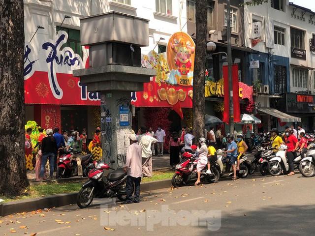 Sài Gòn nhộn nhịp trưa Mùng 1 Tết, dân đeo khẩu trang kín mít đi lễ chùa đầu năm - Ảnh 13.