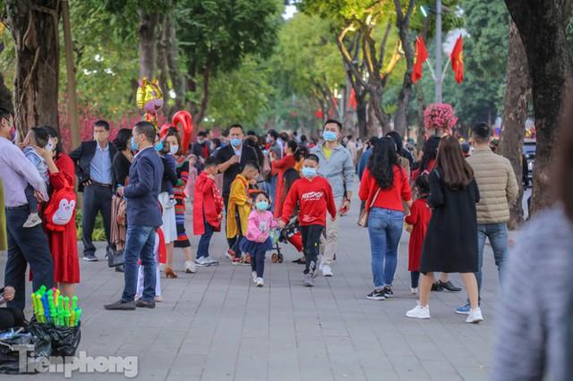 Hồ Gươm đông đúc ngày Tết, nhiều người thờ ơ với khẩu trang - Ảnh 15.
