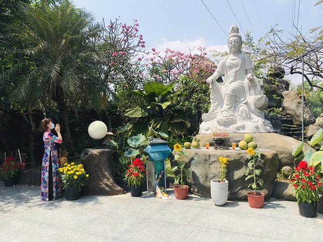 Sài Gòn nhộn nhịp trưa Mùng 1 Tết, dân đeo khẩu trang kín mít đi lễ chùa đầu năm - Ảnh 17.