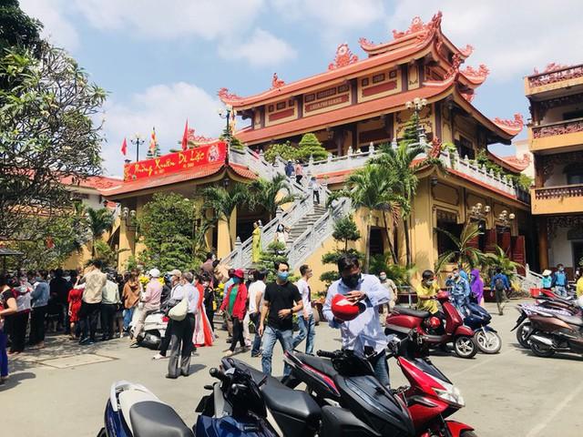 Sài Gòn nhộn nhịp trưa Mùng 1 Tết, dân đeo khẩu trang kín mít đi lễ chùa đầu năm - Ảnh 18.