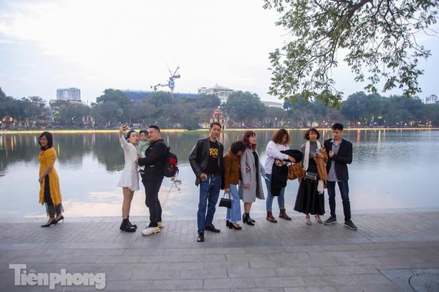 Hồ Gươm đông đúc ngày Tết, nhiều người thờ ơ với khẩu trang - Ảnh 18.
