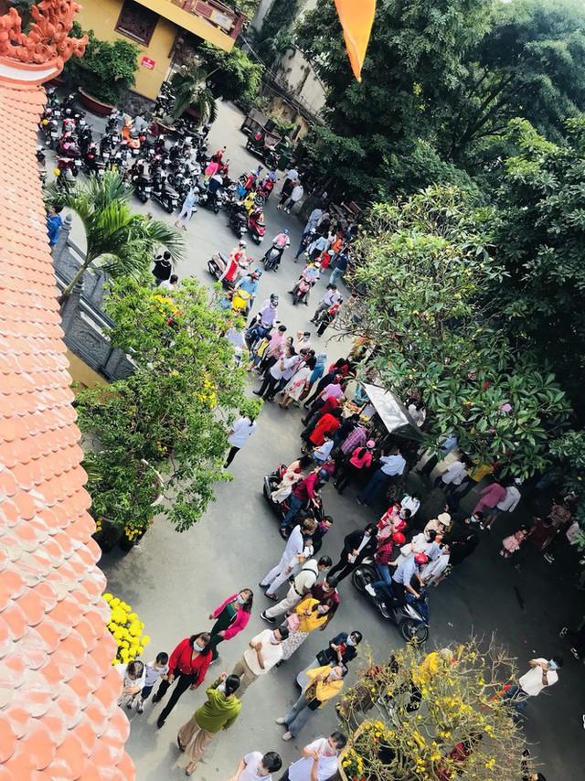 Sài Gòn nhộn nhịp trưa Mùng 1 Tết, dân đeo khẩu trang kín mít đi lễ chùa đầu năm - Ảnh 19.