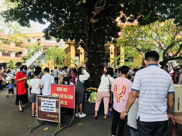 Sài Gòn nhộn nhịp trưa Mùng 1 Tết, dân đeo khẩu trang kín mít đi lễ chùa đầu năm - Ảnh 20.