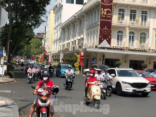 Sài Gòn nhộn nhịp trưa Mùng 1 Tết, dân đeo khẩu trang kín mít đi lễ chùa đầu năm - Ảnh 3.