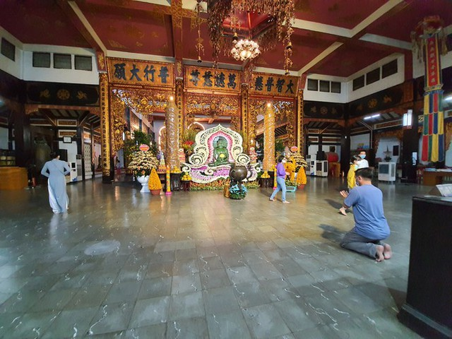 Sài Gòn nhộn nhịp trưa Mùng 1 Tết, dân đeo khẩu trang kín mít đi lễ chùa đầu năm - Ảnh 21.