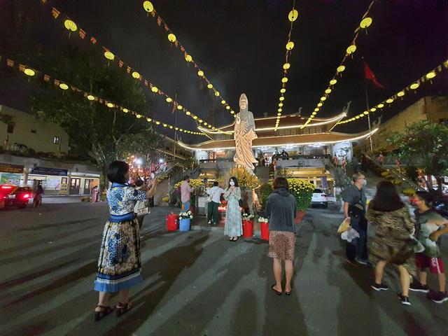 Sài Gòn nhộn nhịp trưa Mùng 1 Tết, dân đeo khẩu trang kín mít đi lễ chùa đầu năm - Ảnh 22.