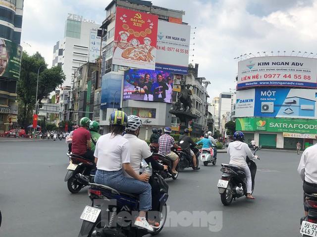 Sài Gòn nhộn nhịp trưa Mùng 1 Tết, dân đeo khẩu trang kín mít đi lễ chùa đầu năm - Ảnh 4.