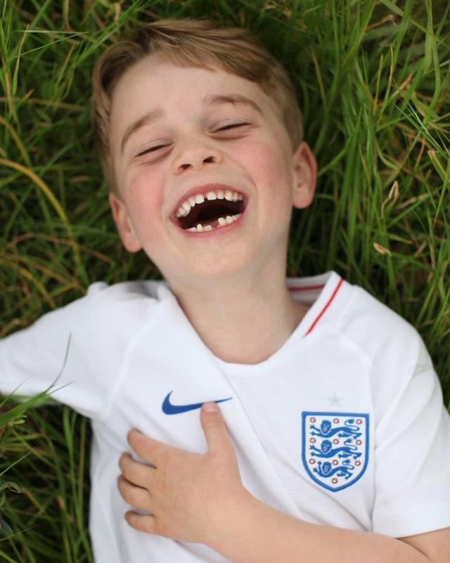 Đức Vua tương lai của Hoàng gia Anh: Những khoảnh khắc thần thái ngất trời của Hoàng tử bé George, mới 7 tuổi nhưng đã ra dáng anh cả - Ảnh 8.