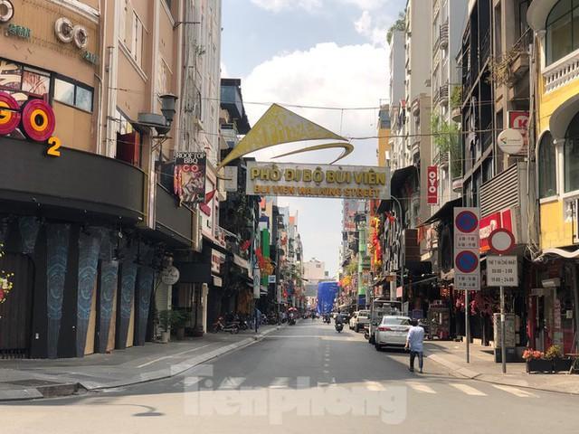Sài Gòn nhộn nhịp trưa Mùng 1 Tết, dân đeo khẩu trang kín mít đi lễ chùa đầu năm - Ảnh 5.