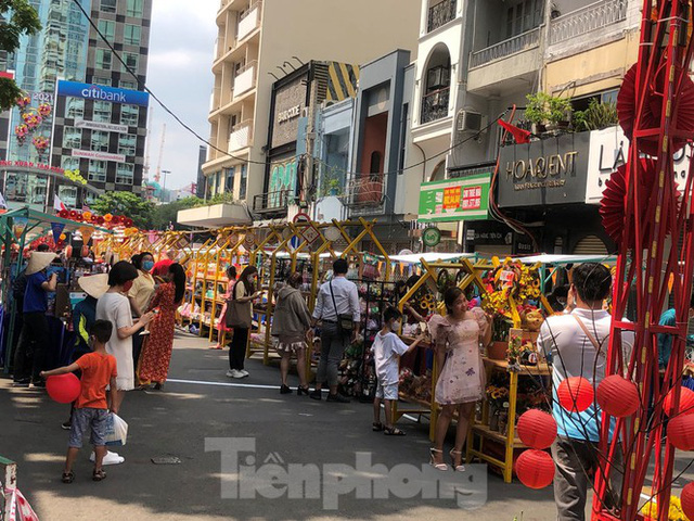 Sài Gòn nhộn nhịp trưa Mùng 1 Tết, dân đeo khẩu trang kín mít đi lễ chùa đầu năm - Ảnh 6.