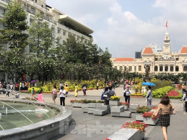 Sài Gòn nhộn nhịp trưa Mùng 1 Tết, dân đeo khẩu trang kín mít đi lễ chùa đầu năm - Ảnh 7.