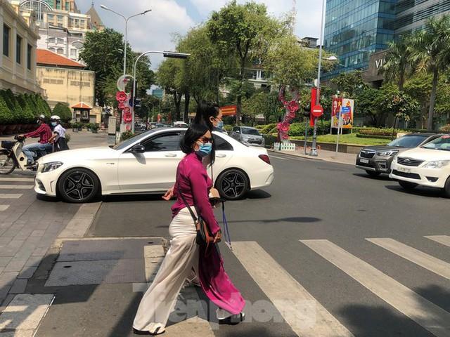 Sài Gòn nhộn nhịp trưa Mùng 1 Tết, dân đeo khẩu trang kín mít đi lễ chùa đầu năm - Ảnh 8.