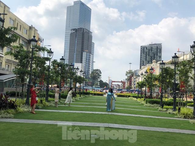 Sài Gòn nhộn nhịp trưa Mùng 1 Tết, dân đeo khẩu trang kín mít đi lễ chùa đầu năm - Ảnh 9.