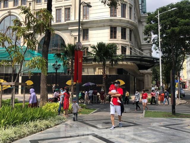 Sài Gòn nhộn nhịp trưa Mùng 1 Tết, dân đeo khẩu trang kín mít đi lễ chùa đầu năm - Ảnh 10.