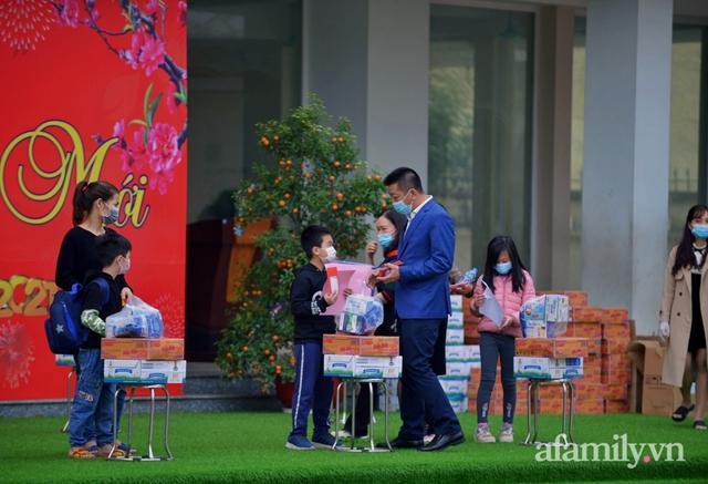 Niềm vui ngày mùng 3 Tết: Toàn bộ học sinh TH Xuân Phương còn lại hoàn thành cách ly, được nhận lì xì trước khi về nhà trong vòng tay cha mẹ - Ảnh 2.
