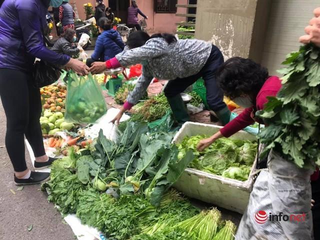 Chợ Hà Nội ngày Mùng 3 Tết, rau xanh tăng nhẹ, thịt bò tăng phi mã - Ảnh 1.