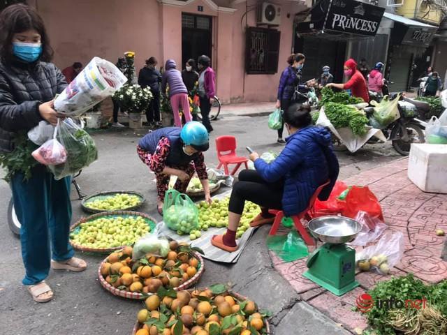 Chợ Hà Nội ngày Mùng 3 Tết, rau xanh tăng nhẹ, thịt bò tăng phi mã - Ảnh 2.