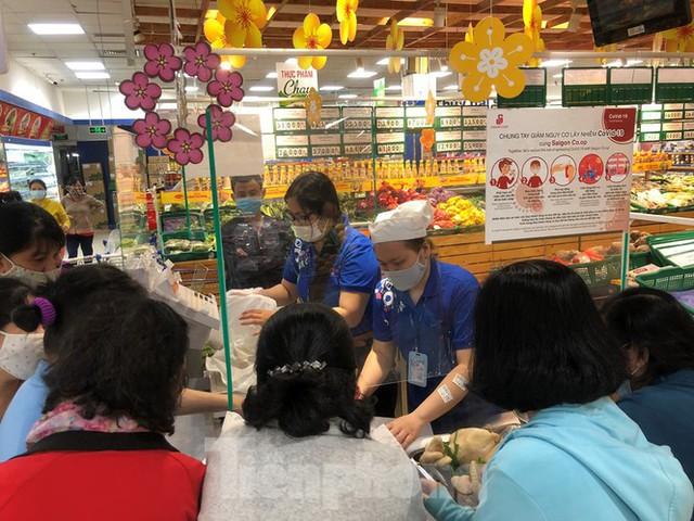 Sáng mùng 3 Tết, dân Sài Gòn xếp hàng vào siêu thị mua gà cúng - Ảnh 1.