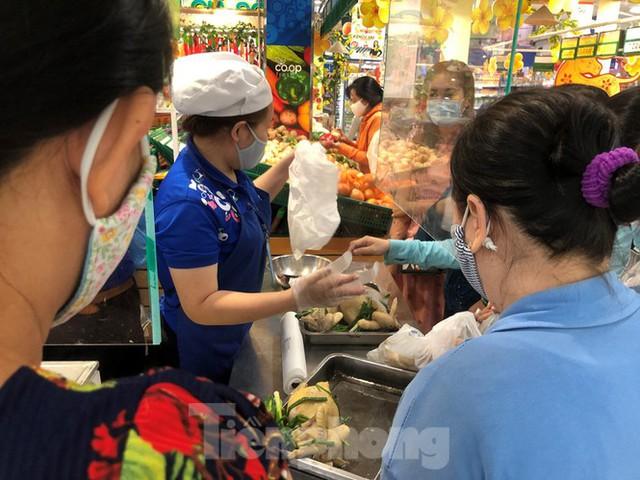 Sáng mùng 3 Tết, dân Sài Gòn xếp hàng vào siêu thị mua gà cúng - Ảnh 2.