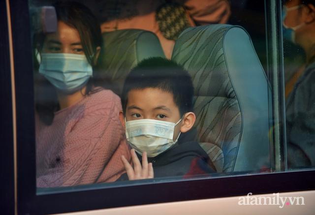 Niềm vui ngày mùng 3 Tết: Toàn bộ học sinh TH Xuân Phương còn lại hoàn thành cách ly, được nhận lì xì trước khi về nhà trong vòng tay cha mẹ - Ảnh 11.