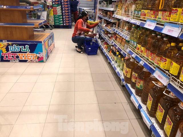 Sáng mùng 3 Tết, dân Sài Gòn xếp hàng vào siêu thị mua gà cúng - Ảnh 11.