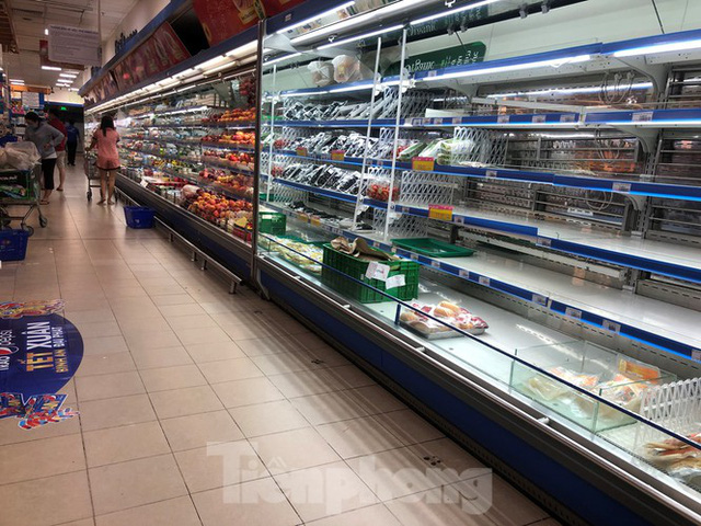 Sáng mùng 3 Tết, dân Sài Gòn xếp hàng vào siêu thị mua gà cúng - Ảnh 12.