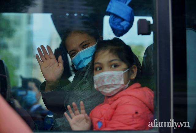 Niềm vui ngày mùng 3 Tết: Toàn bộ học sinh TH Xuân Phương còn lại hoàn thành cách ly, được nhận lì xì trước khi về nhà trong vòng tay cha mẹ - Ảnh 13.