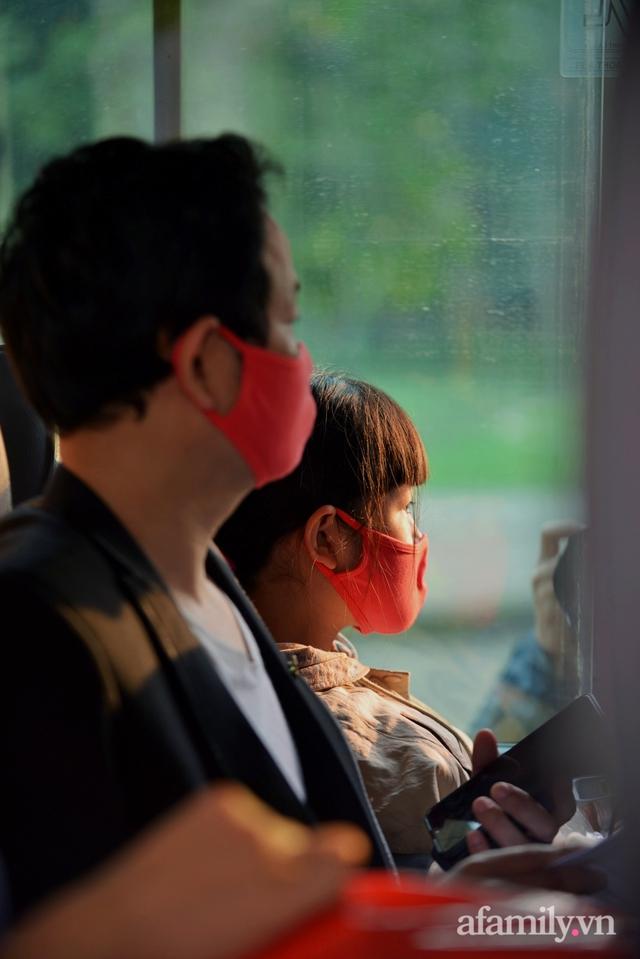 Niềm vui ngày mùng 3 Tết: Toàn bộ học sinh TH Xuân Phương còn lại hoàn thành cách ly, được nhận lì xì trước khi về nhà trong vòng tay cha mẹ - Ảnh 14.