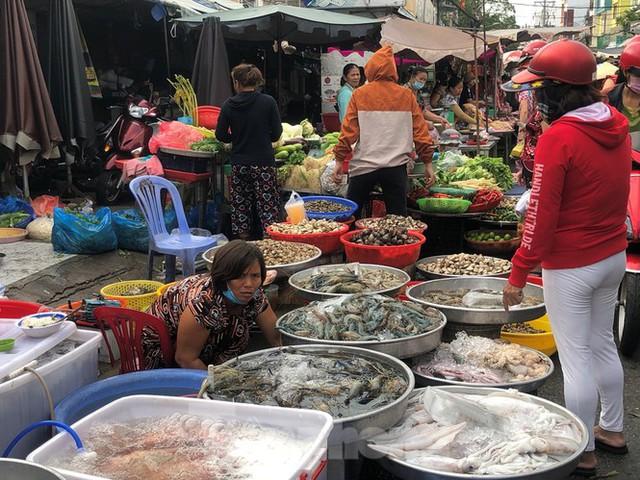 Sáng mùng 3 Tết, dân Sài Gòn xếp hàng vào siêu thị mua gà cúng - Ảnh 14.