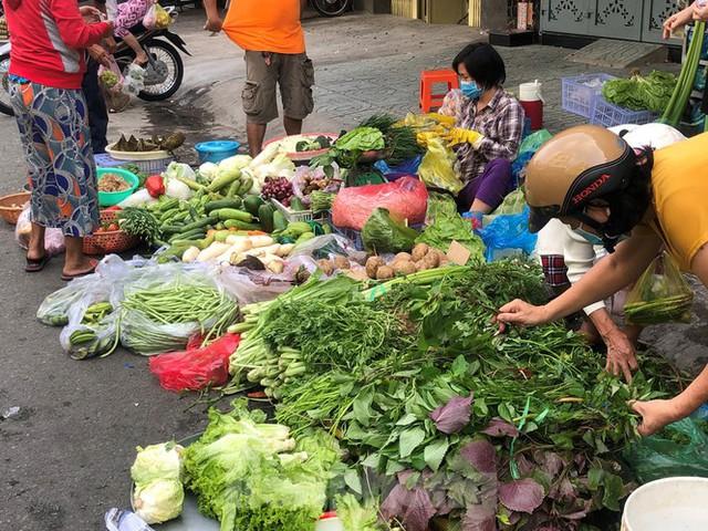 Sáng mùng 3 Tết, dân Sài Gòn xếp hàng vào siêu thị mua gà cúng - Ảnh 15.