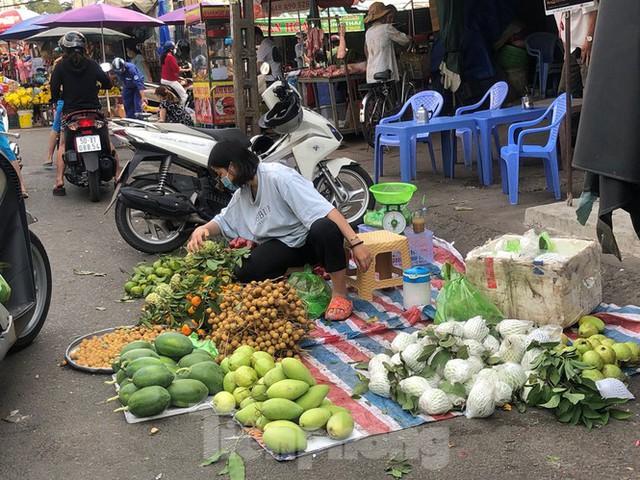 Sáng mùng 3 Tết, dân Sài Gòn xếp hàng vào siêu thị mua gà cúng - Ảnh 16.